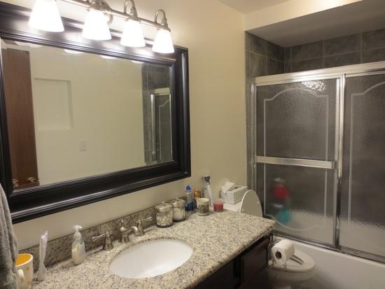Раздвижные шторы в интерьере ванной