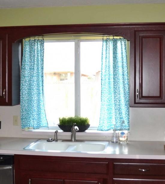 Голубые шторы на кухне