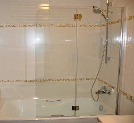 Стеклянные шторки очень кстати в ванной