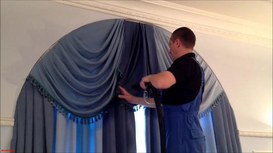 Процесс химической чистки шторы