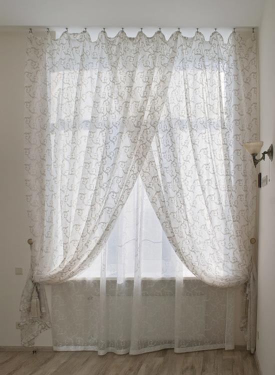 Легкие шторы в гостиной
