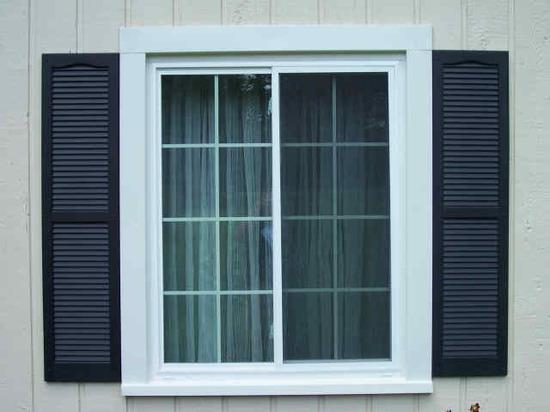 Пластиковые ставни на окне