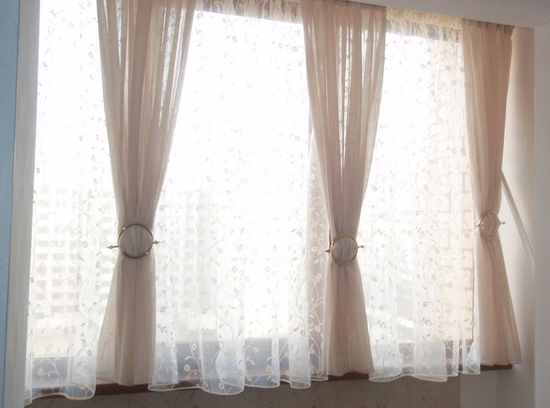 Самодельные шторы из вуали в интерьере