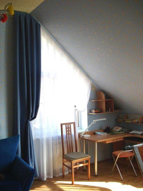 Выбираем шторы на скошенные окна