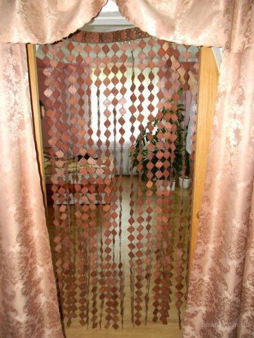 shtory_iz_dereva_povesit_na_dvernoj_proem_08