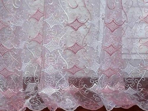 Легкая занавеска с розовой вышивкой